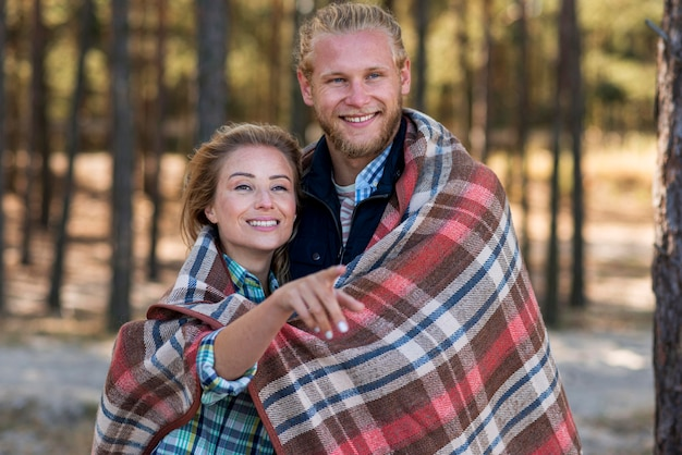 Casal fofo enrolado em um cobertor