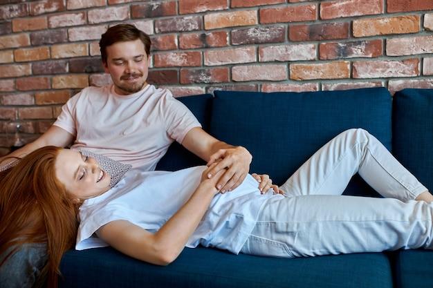 Casal fofo esperando bebê, tendo um relacionamento harmonioso