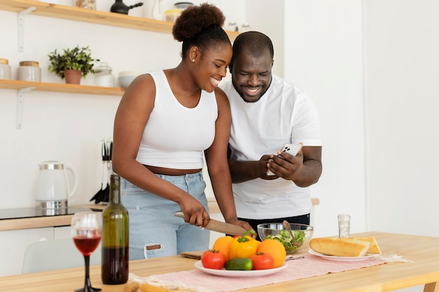 Casal fofo ficando na cozinha