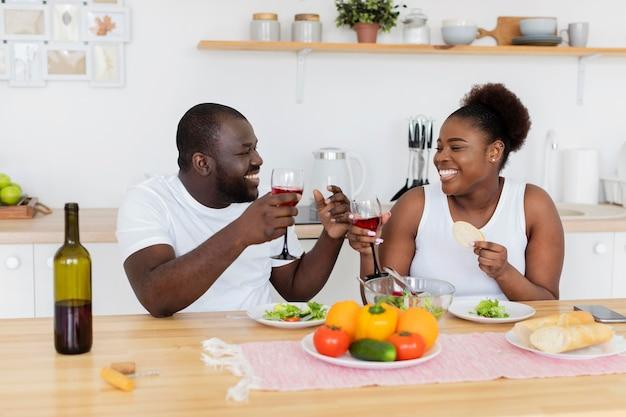Casal fofo jantando romântico