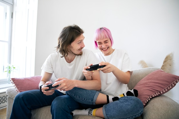 Casal fofo jogando videogame no sofá
