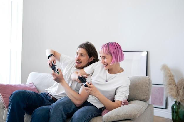 Casal fofo jogando videogame
