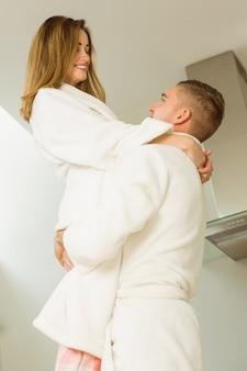 Casal fofo se divertindo em seus roupões de banho
