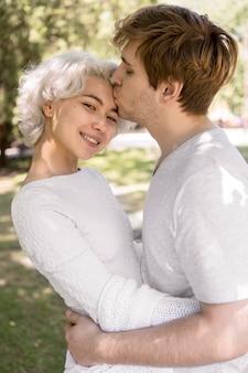 Casal fofo sendo romântico ao ar livre na natureza