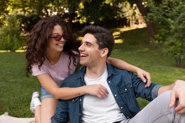 Casal fofo tendo um encontro ao ar livre