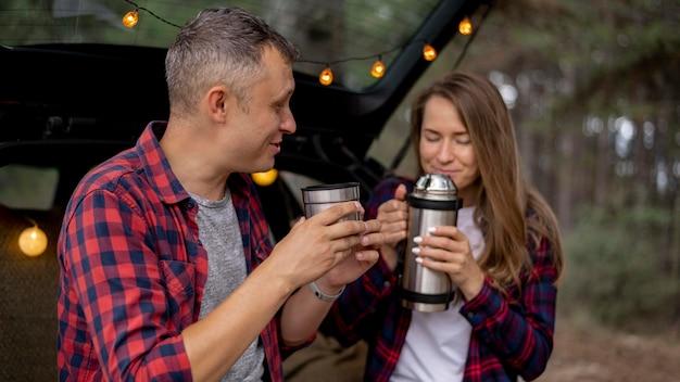 Casal fofo tomando um café juntos