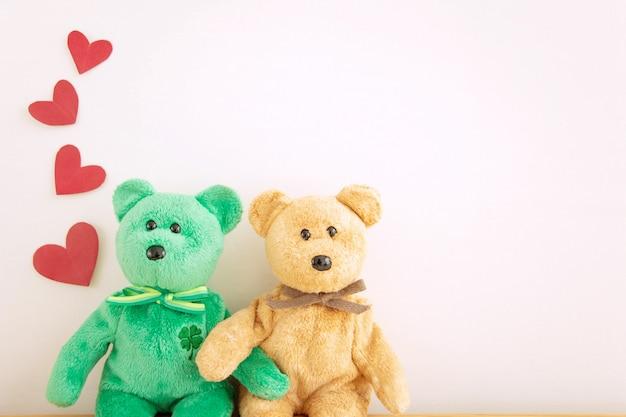Casal fofo urso de pelúcia com balões de coração vermelho, feliz dia dos namorados.
