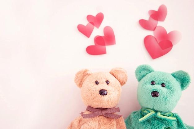 Casal fofo urso de pelúcia com balões de coração vermelho