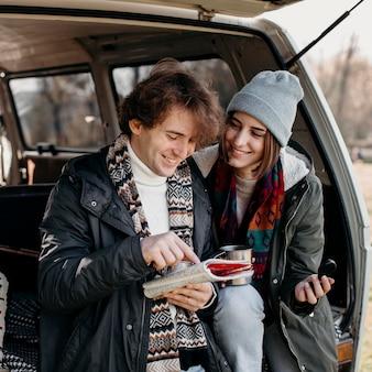 Casal fofo verificando um mapa durante uma viagem