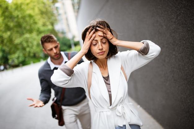 Casal frustrado discutindo e tendo problemas de casamento ao ar livre