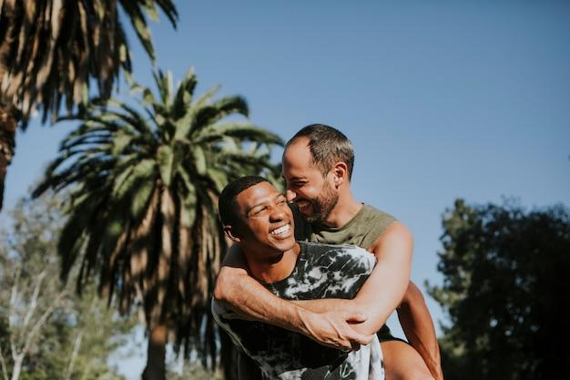 Casal gay abraçando no parque