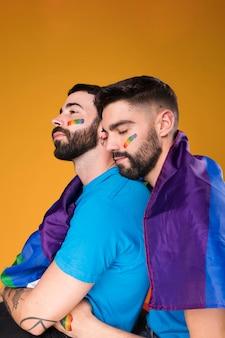 Casal gay abraçando ternamente
