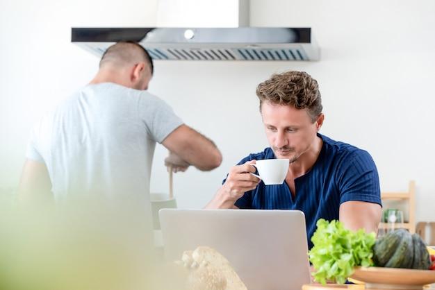 Casal gay caucasiano masculino fazendo rotinas diárias de manhã em casa