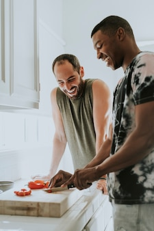 Casal gay cozinhar de manhã