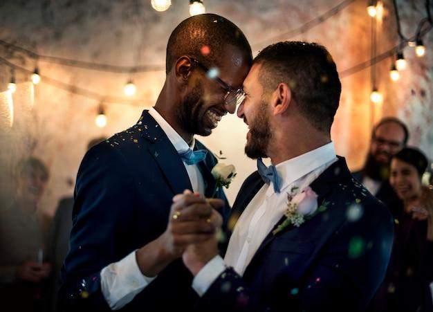 Casal gay dançando no dia do casamento