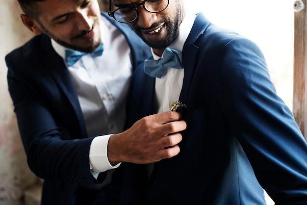 Casal gay doce no dia do casamento