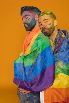 Casal gay em pó de arco-íris