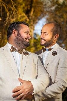Casal gay em seu casamento