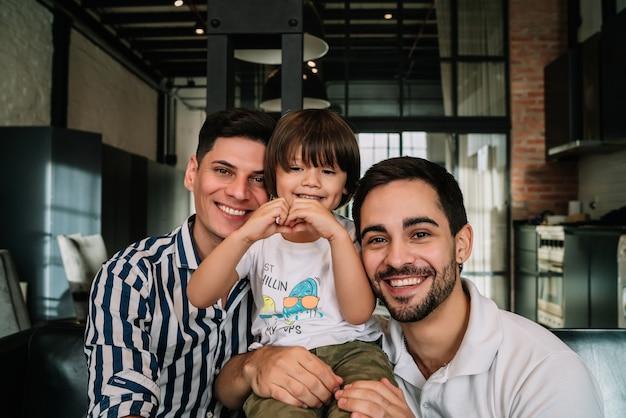 Casal gay feliz com seu filho.