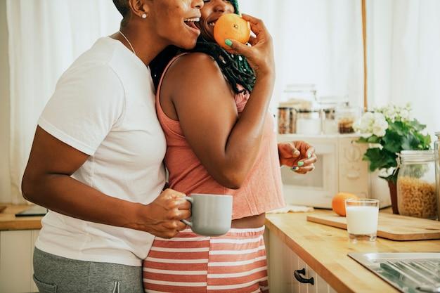 Casal gay feliz na cozinha