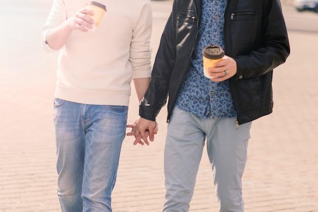 Casal gay fofo na cidade, beijos carinhosos, sorrindo