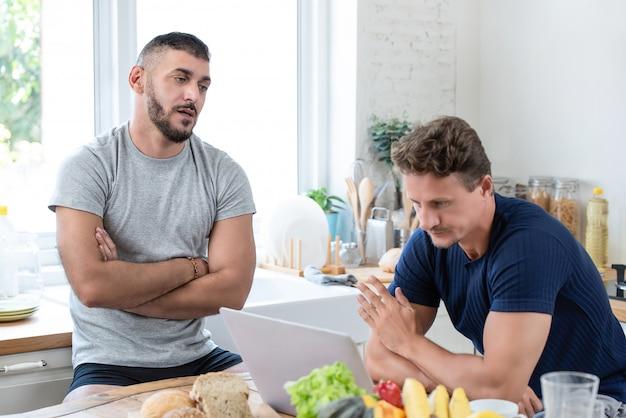 Casal gay masculino, tendo um argumento