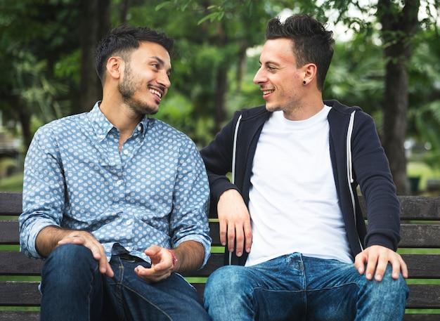 Casal gay namorando em um parque