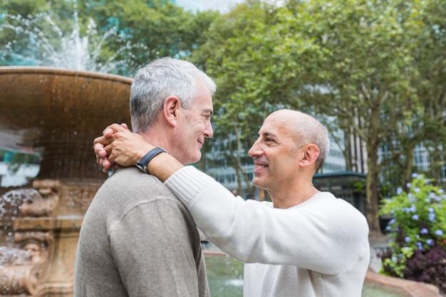 Casal gay no parque em nova york