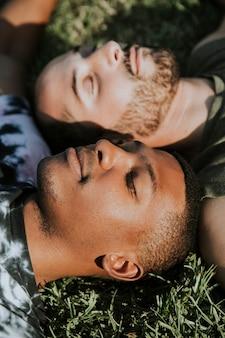 Casal gay relaxante na grama