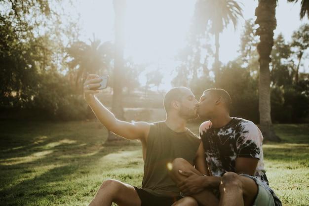 Casal gay tomando uma selfie no verão