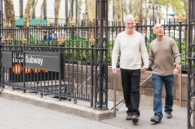 Casal gay, visitando a cidade de nova york