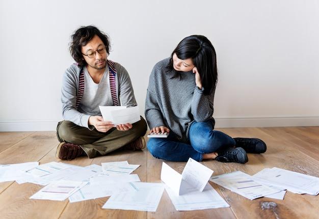 Casal gerenciando a dívida