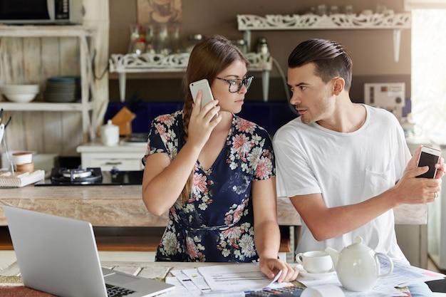 Casal gerenciando orçamento juntos na cozinha