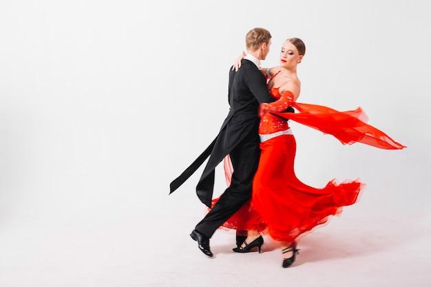 Casal girando na dança
