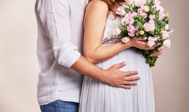 Casal grávida em um quadro sem rosto