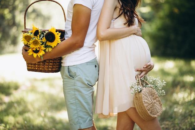Casal grávida, fazendo piquenique no parque