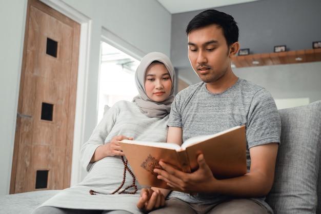 Casal grávida ler alcorão