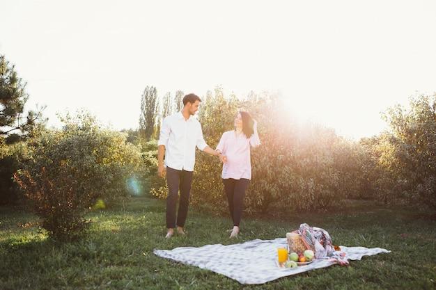 Casal grávida no piquenique