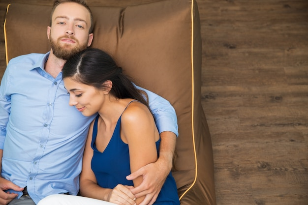 Casal harmonioso feliz descansando juntos em casa