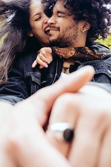 Casal hetero apaixonado se abraçando e rindo