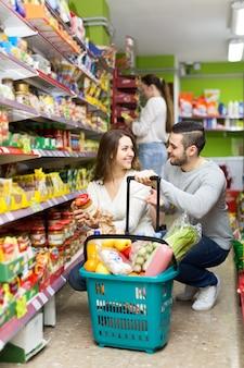 Casal heterossexual em um supermercado