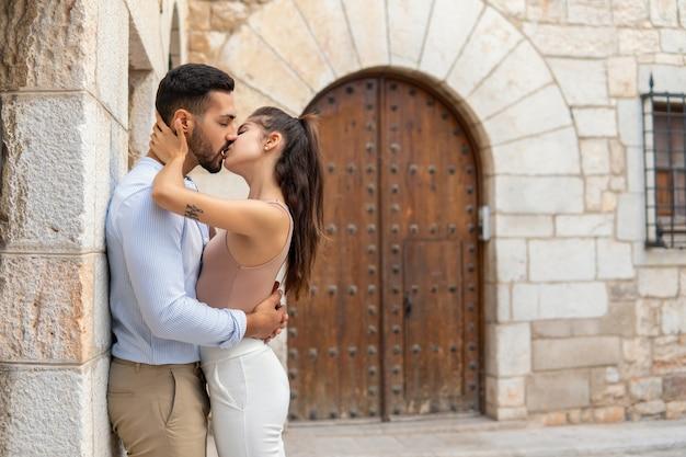 Casal hispânico se beijando na cidade