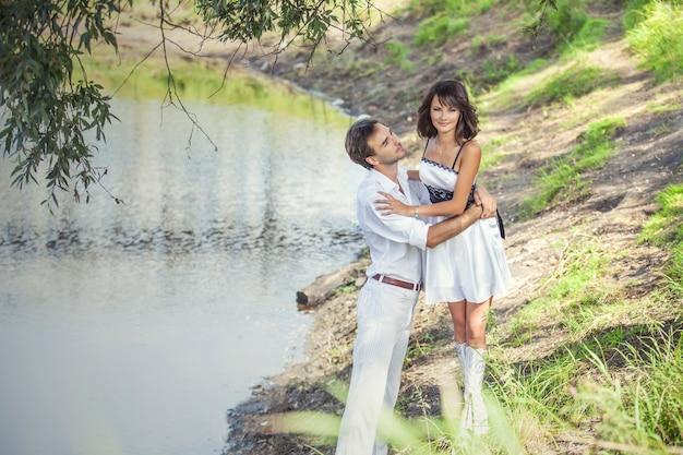 Casal homem e mulher em estilo de casamento feliz na natureza