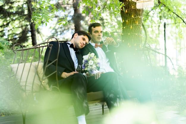 Casal homossexual celebrando seu próprio casamento - casal lbgt em cerimônia de casamento, conceitos sobre inclusão, comunidade lgbtq e igualdade social