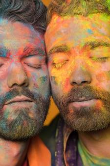 Casal homossexual de homens bonitos jovens pintados artísticos