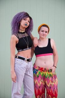 Casal homossexual interracial de jovens adolescentes com roupas coloridas