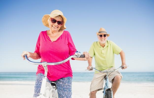 Casal idoso a dar um passeio de bicicleta