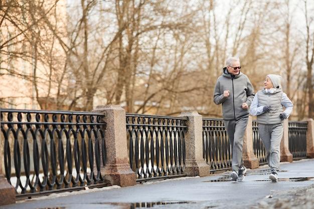 Casal idoso correndo