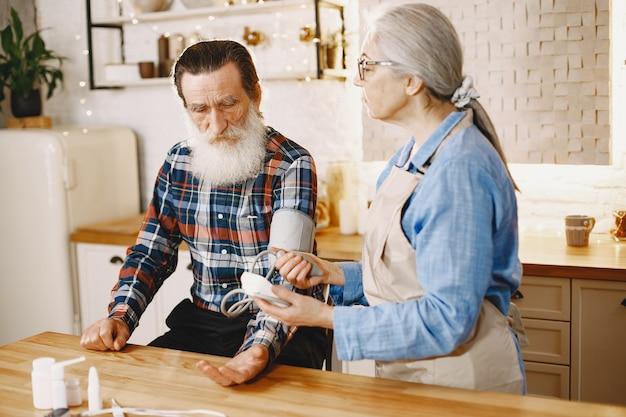 Casal idoso em uma cozinha.