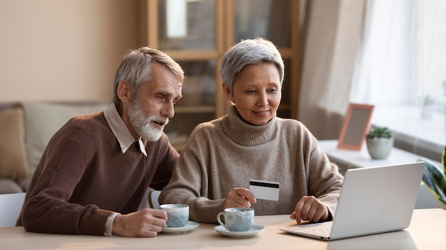 Casal idoso fazendo compras online